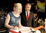 Die deutsche Schwimmerin Britta Steffen beendet ihre Karriere - Archiv aus  01.09.2008<br />  <br /> Olympia WelcomeParty<br /> im Hotel Estrel<br /> Britta Steffen,  Klaus Wowereit<br /> <br /> <br /> <br />  <br /> <br />   <br /> Foto &copy; nph /  Schulz