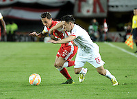 BOGOTA- COLOMBIA – 29-10-2015: Luis Seijas (Izq.) jugador del Independiente Santa Fe de Colombia, disputa el balon con Gustavo Toledo (Der.) jugador de Independiente de Avellaneda de Argentina, durante partido de vuelta entre Independiente Santa Fe de Colombia y el Independiente de Avellaneda de Argentina, por los cuartos de final de la Copa Suramericana en el estadio Nemesio Camacho El Campin, de la ciudad de Bogota.  / Luis Seijas (L) player of Independiente Santa Fe of Colombia, figths for the ball with Gustavo Toledo (R) player of Independiente de Avellaneda of Argentina, during a match for the second round between Independiente Santa Fe of Colombia and Independiente de Avellaneda of Argentina for the second round for the quarterfinals of the Copa Sudamericana in the Nemesio Camacho El Campin in Bogota city. Photos: VizzorImage / Luis Ramirez / Staff.