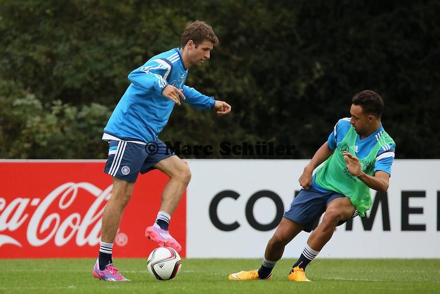 Thomas Mueller gegen Karim Bellarabi - Training der Deutschen Nationalmannschaft in Frankfurt