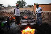BURKINA FASO Kaya, diocese bank gives micro loan for income generation, women in village Pissala receive micro loan for millet beer (dolo) brewing and selling / BURKINA FASO Kaya, Bank der Dioezese Kaya vergibt Mikrokredite fuer Kleinunternehmer zur Einkommensfoerderung, Kreditgruppe im Dorf PISSILA, Hirsebier Dolo Herstellung und Verkauf