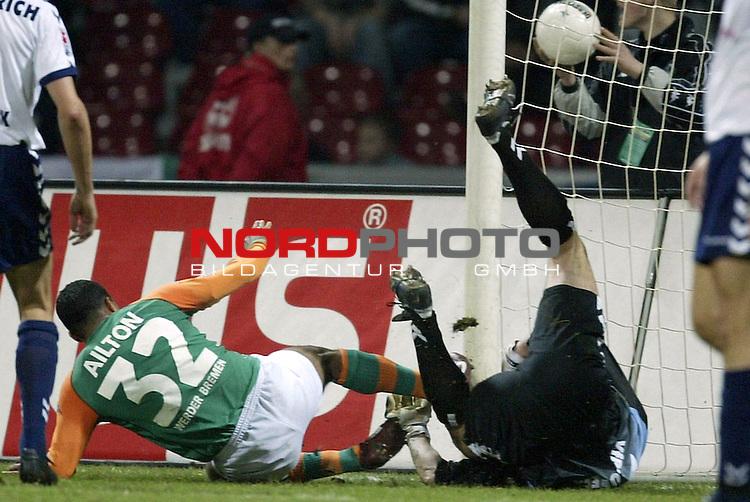 DFB Pokal 2003/2004 Halbfinale<br /> SV Werder Bremen vs VFB Luebeck<br /> <br /> Toni Ailton in der 36 Minute mit der Chance zum Ausgleich. Torwart Maik Wilde klaert<br /> Foto &copy; nordphoto <br /> <br /> <br /> <br />  *** Local Caption *** Foto ist honorarpflichtig! zzgl. gesetzl. MwSt.<br />  Belegexemplar erforderlich<br /> Adresse: nordphoto<br /> Georg-Reinke-Strasse 1<br /> 49377 Vechta