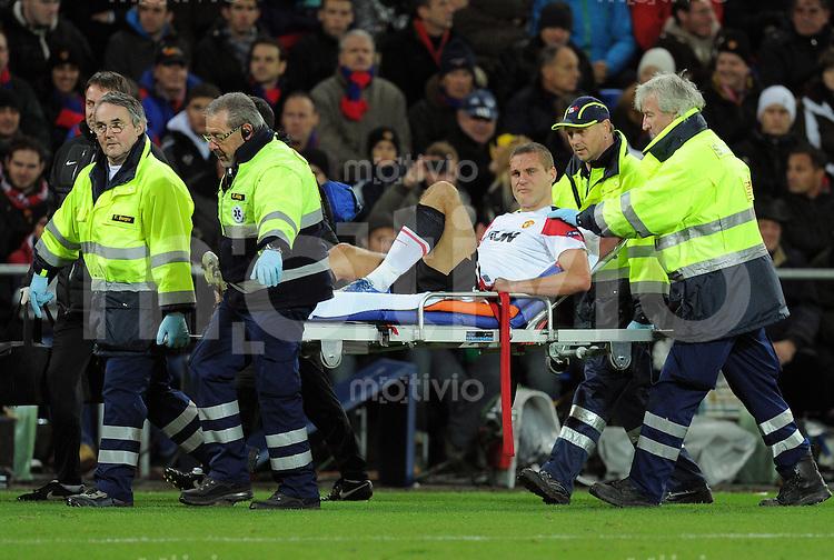 FUSSBALL   CHAMPIONS LEAGUE   SAISON 2011/2012     23.11.2011 FC Basel - Manchester United Nemanja Vidic (Manchester United FC) wird verletzt vom Platz getragen