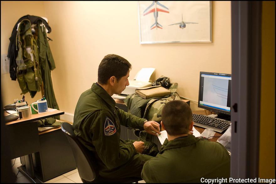 -2008- Salon de Provence- Locaux de la Patrouille de France sur la base 701. Pilotes dans leurs bureaux après le vol.