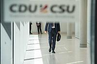 Ein Mitglied der CSU, nach waehrend einer ausserordentlichen Sitzung der CDU/CSU-Fraktion nachdem es zwischen der CDU und der CSU zum Streit ueber den Umgang mit Fluechtlingen gab. Die Sitzung des Deutschen Bundestag wurde aufgrund dieses Streit auf Antrag der CDU/CSU-Fraktion fuer mehrere Stunden unterbrochen. Die Fraktionen von CDU und CSU tagten getrennt.<br /> 14.6.2018, Berlin<br /> Copyright: Christian-Ditsch.de<br /> [Inhaltsveraendernde Manipulation des Fotos nur nach ausdruecklicher Genehmigung des Fotografen. Vereinbarungen ueber Abtretung von Persoenlichkeitsrechten/Model Release der abgebildeten Person/Personen liegen nicht vor. NO MODEL RELEASE! Nur fuer Redaktionelle Zwecke. Don't publish without copyright Christian-Ditsch.de, Veroeffentlichung nur mit Fotografennennung, sowie gegen Honorar, MwSt. und Beleg. Konto: I N G - D i B a, IBAN DE58500105175400192269, BIC INGDDEFFXXX, Kontakt: post@christian-ditsch.de<br /> Bei der Bearbeitung der Dateiinformationen darf die Urheberkennzeichnung in den EXIF- und  IPTC-Daten nicht entfernt werden, diese sind in digitalen Medien nach &szlig;95c UrhG rechtlich geschuetzt. Der Urhebervermerk wird gemaess &szlig;13 UrhG verlangt.]
