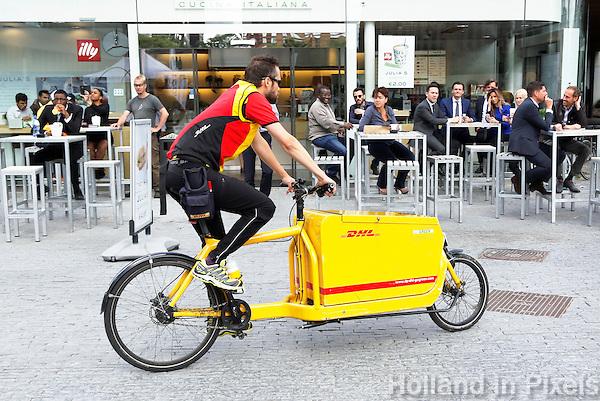 Nederland Amsterdam 2016 07 14. DHL fietskoerier op de Zuidas. Foto Berlinda van Dam / Hollandse Hoogte