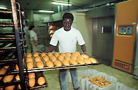 - Senegalese immigrant working in an industrial bakery....- immigrato senegalese lavora in un forno industriale