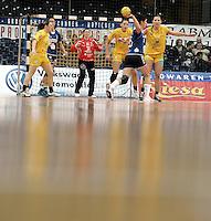 1. Bundesliga Handball Frauen - Punktspiel HC Leipzig (HCL) : DJK / MJC Trier - Arena Leipzig - im Bild: Blick übers Parkett - HCL Torfrau Julia Plöger ist auf der Hut. Foto: Norman Rembarz ..