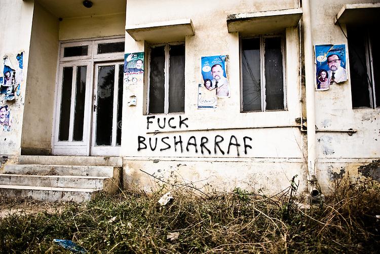 Sur un batiment abandonné de Rawalpindi, une inscription melant les noms de Bush et de Musharaf témoigne de l'impopularité de ce dernier, souvent accusé d'etre un valet des Etats-Unis.
