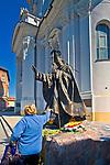 Pomnik Jana Pawła II przed Bazyliką Ofiarowania Najświętszej Maryi Panny w Wadowicach, Polska<br /> Monument to John Paul II in front of the Basilica of Presentation of Virgin Mary in Wadowice, Poland