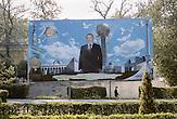 Präsident Nursultan Nazarbajew grüßt von einem Plakat anlässlich des 20. Jubiläums der kasachischen Unabhängigkeit. Der 74-Jährige regiert das Land seither mit harter Hand. In vielen Städten zieren Statuen und Büsten des Herrschers das Stadtbild. Bei den vergangenen Wahlen 2011 erhielt er 95,5% der Stimmen. Die Wahl wurde von Beobachtern als demokratisch höchst fragwürdig kritisiert. Dennoch ist Nazarbajew bei der Mehrheit der Bevölkerung sehr beliebt. Kasachstan ist rohstoffreich und prosperiert. Kritik an den Schattenseiten des Aufstiegs duldet das System von Präsident Nursultan Nasarbajew nur geringfügig. Bilder von Hinterhöfen und grauen Vorstädten sollen nicht an die Öffentlichkeit gelangen. / Kazakhstan is a resource-rich and prosperous country.  President Nursultan Nasarbajew's system hardly allows any criticism. Pictures of backyards and suburbs are not supposed to go public.
