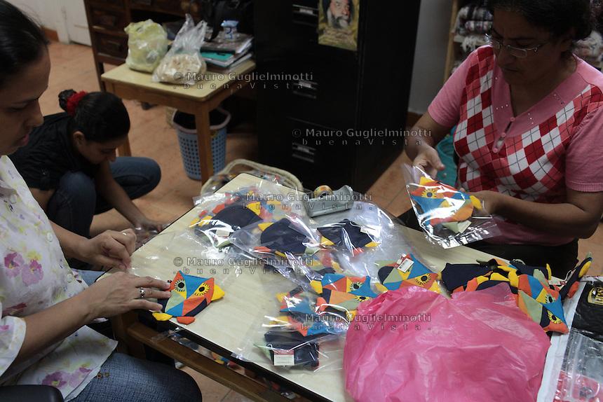 2011 Mokattam Garbage City (alla periferia del Cairo) il quartiere copto dove si vive in mezzo alla spazzatura raccolta: tre donne confezionano dei gufi di stoffa.