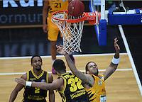 Basketball  1. Bundesliga  2016/2017  Hauptrunde  16. Spieltag  27.12.2016 Walter Tigers Tuebingen - MHP Riesen Ludwigsburg Gary McGhee (re, Tigers) gegen Johannes Thiemann (Mitte, Ludwigsburg)