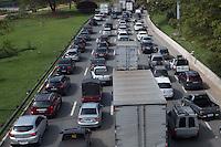 SAO PAULO, SP, 24.10.2013. TRANSITO SAO PAULO. Transito carregado na Marginal pinheiros sentido Interlagos na altura da Ponte do Morumbi. (Foto: Adriana Spaca/Brazil Photo Press)