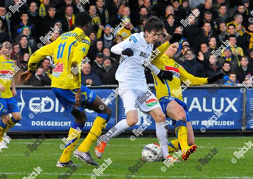 2012-12-02 / voetbal / seizoen 2012-2013 / Westerlo St-Truiden / Matthias Schils (m) (St-Truiden) tussen William Owusu (l) en Kevin Vandenbergh (r) (beiden Westerlo)