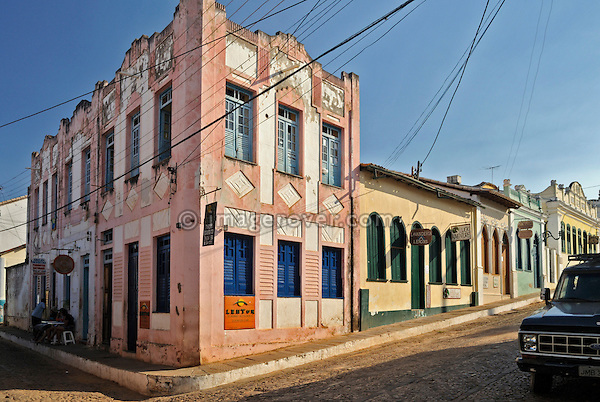 Brazil, Bahia, Lencois (Parque Nacional de Chapada Diamantina): Typical architecure, corner shop and cobbled street in Lencois' charming centre. --- Info: In the late 19th century Lencois became a boomtown during the diamond fever. However, in recent years, the small town with its colonial architecure has reinvented itself as the base camp for ecotourists exploring the caves, waterfalls, and mountains of the surrounding national park. The towns pretty colonial homes now accomodates trekking stores, internet cafes, photo galleries, and guest houses. --- No signed releases available.