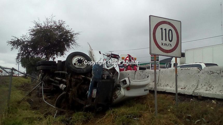 Vuelca camión Pesado en la carretera México Querétaro a la altura de la comunidad de miranda, no hubo personas lesionadas.