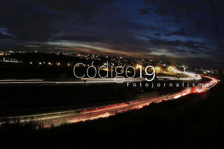 CAMPINAS, SP 02.05.2019 - ROD D. PEDRO I - Movimentação de carros na rodovia D. Pedro I (SP 065), nesta noite de quinta-feira (2) após o fechamento de um trecho dos km 131 e 134 da pista norte (sentido Anhanguera) na altura do Pq Imperador, na cidade de Campinas (SP). (Foto: Denny Cesare/Código19)