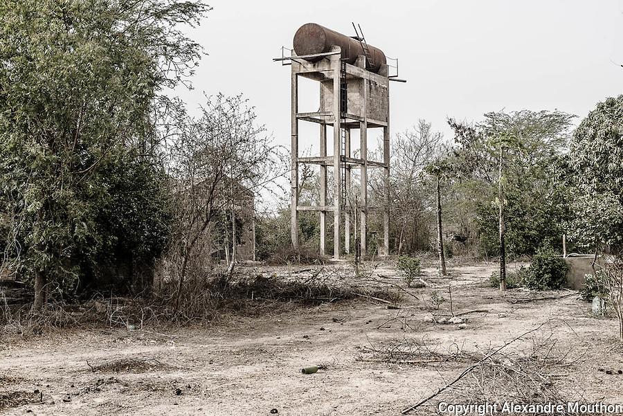 Le nombre important de puits creusés dans cette partie du village rend difficile l'identification du premier et de celui sur lequel fût branchée la pompe solaire, comme à Mérina Dakhar. Restent le château d'eau en ruine et le hangar qui a abrité l'installation de la Sofretes.