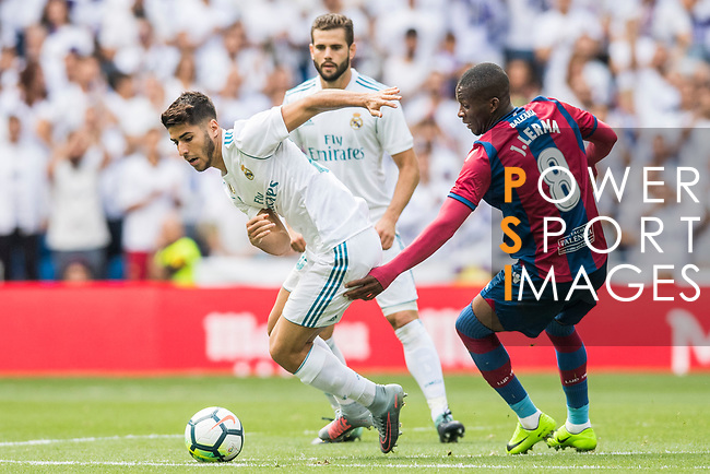Marco Asensio (L) of Real Madrid fights for the ball with Jefferson Lerma (R) of Levante UD during the La Liga match between Real Madrid and Levante UD at the Estadio Santiago Bernabeu on 09 September 2017 in Madrid, Spain. Photo by Diego Gonzalez / Power Sport Images