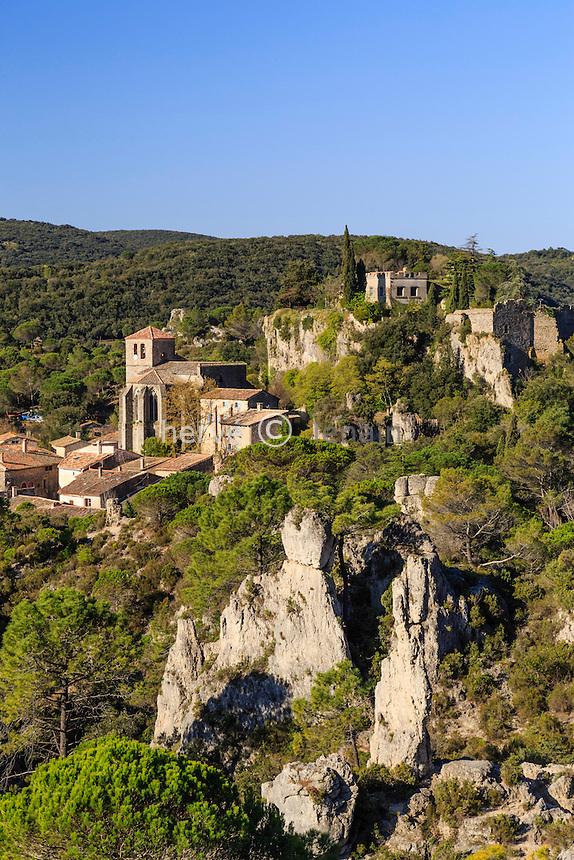 France, Hérault (34), Mourèze, le village vu depuis le Cirque de Mourèze // France, Herault, Moureze, the village seen from the Cirque de Moureze