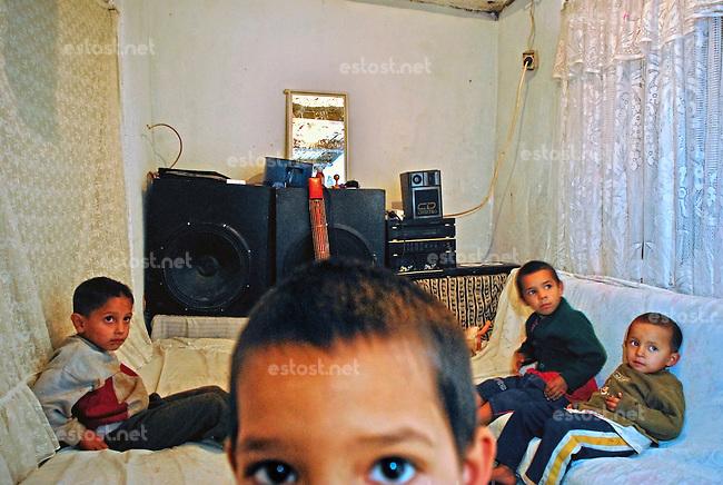MAZEDONIEN (F.Y.R.), 10.2008, Skopje. Roma-Familie aus dem Kosovo in ihrer 6 qm Wohnhuette. Mit den vier Kindern erhaelt sie 35 Euro Sozialhilfe im Monat. Die Kinder gehen nicht zur Schule, sondern betteln mit den Eltern oder durchsuchen den Muell.   Roma family from Kosova in their 6 sqm makeshift shelter. With four children they get 35 Euro in social support. The kids don't go to school, but beg together with their parents or search the city garbage..© Tomislav Georgiev/EST&OST.