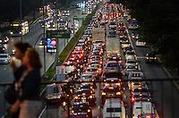SÃO PAULO, SP, 17.04.2014 – TRÂNSITO EM SÃO PAULO: Trânsito na Av. 23 de Maio, próximo ao Parque do Ibirapuera, zona sul de São Paulo na tarde desta quinta feira, véspera de feriado prolongado. (Foto: Levi Bianco / Brazil Photo Press).