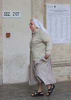 Una suora entra in un seggio elettorale per votare in occasione del referendum costituzionale, a Roma, 4 dicembre 2016.<br /> A nun enters a polling station on the occasion of the constitutional referendum, in Rome, 4 December 2016.<br /> UPDATE IMAGES PRESS/Riccardo De Luca