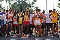RIO DE JANEIRO; RJ; 07 DE JULHO DE 2013 - MARATONA DO RIO DE JANEIRO - Atletas se aprontam para iniciar a Maratona no Recreio dos Bandeirantes, zona oeste da cidade. FOTO: NÉSTOR J. BEREMBLUM - BRAZIL PHOTO PRESS.