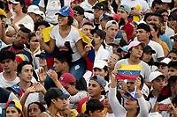"""CUCUTA - COLOMBIA, 22-02-2019: Miles de personas assiten al concierto """"Venezuela Aid Live"""" que se realiza hoy, 22 de febrero de 2019, en el puente internacional Las Tienditas en la frontera de Cucuta, Colombia con Venezuela, con el objetivo de pedir al gobierno de Nicolás Maduro permitir la entrada de ayuda humanitaria a su país. En el concierto participarán 35 artistas regionales e internacionales en una escenario giratorio. / Thousand of people gathered to the concert """"Venezuela Aid Live"""" on the International bridge las Tienditas on the border of Cucuta, Colombia with Venezuela with the objetive of asking to the Maduro's regimen allow the humanitarian aid to income to the Venezuelan territories. In the concert, 35 regional and international artists participate in a revolving stage. Photo: VizzorImage / Manuel Hernandez / Cont"""