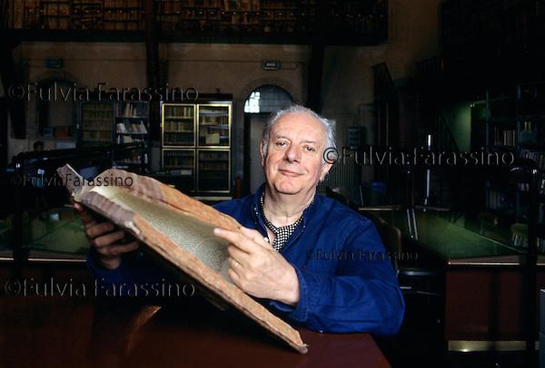 Todi, 1995 circa, Dario Fo all\'interno della biblioteca comunale, Todi, about 1995, Dario Fo at the public library