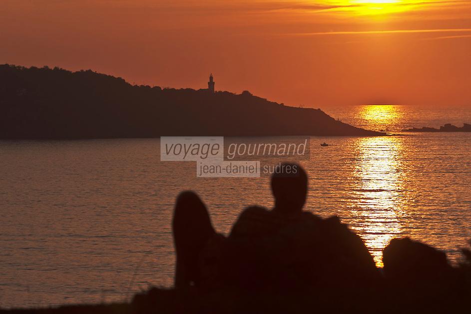 Europe/France/Aquitaine/64/Pyrénées-Atlantiques/Pays-Basque/Hendaye: Domaine d'Abbadia - le littoral: Coucher de soleil sur l'océan sur le Cap Higuer ou Cabo Higuer, à Fontarrabie