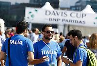 NAPOLI 15/09/2012.PLAY OFF DI COPPA DAVIS DI TENNIS  TRA ITALIA E CILE.NELLA FOTO TIFOSI ALL'INGRESSO NEL VILLAGGIO DEL TENNIS.FOTO CIRO DE LUCA