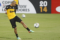 MEDELLÍN -COLOMBIA-22-04-2014. Diego Tardelli jugador de Atlético Mineiro durante reconocimeinto del campo previo al partido de ida con Atlético Nacional por los octavos de final de la Copa Libertadores de América en el estadio Atanasio Girardot en Medellín, Colombia./ Diego Tardelli player of Atletico Mineriro during the recognition of the field prior the first leg match against Atletico Nacional for the knockout stages of the Copa Libertadores championship at Atanasio Girardot stadium in Medellin, Colombia. Photo: VizzorImage/ Luis Ríos /STR