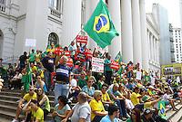 CURITIBA, PR,12.04.2015 – PROTESTO CONTRA O GOVERNO / CURITIBA – Manifestantes protestam contra o governo da presidente Dilma Rousseff no centro de Curitiba, na tarde deste domingo (12). Com faixas pedindo a saída da presidente, os manifestantes, em sua maioria vestidos de verde e amarelo, saíram da praça Santos Andrade em direção à rua XV de novembro (Boca Maldita ), Centro de Curitiba. (Foto: Paulo Lisboa / Brazil Photo Press)