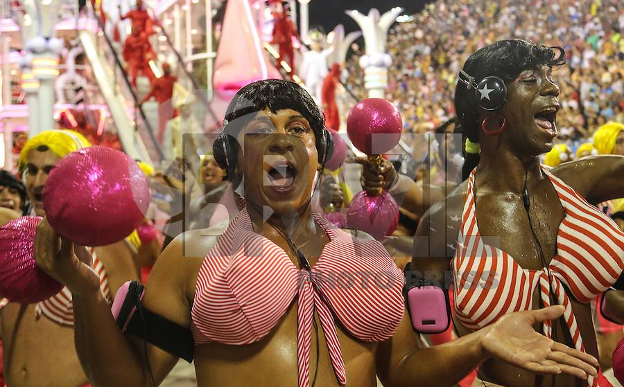 RIO DE JANEIRO, RJ, 11 FEVEREIRO 2013 - CARNAVAL RJ - SALGUEIRO - Integrantes da escola de samba Salgueiro durante desfile no primeiro dia do Grupo Especial no Sambódromo Sapucai nna capital fluminense, na madrugada desta segunda 11. (FOTO: VANESSA CARVALHO - BRAZIL PHOTO PRESS).