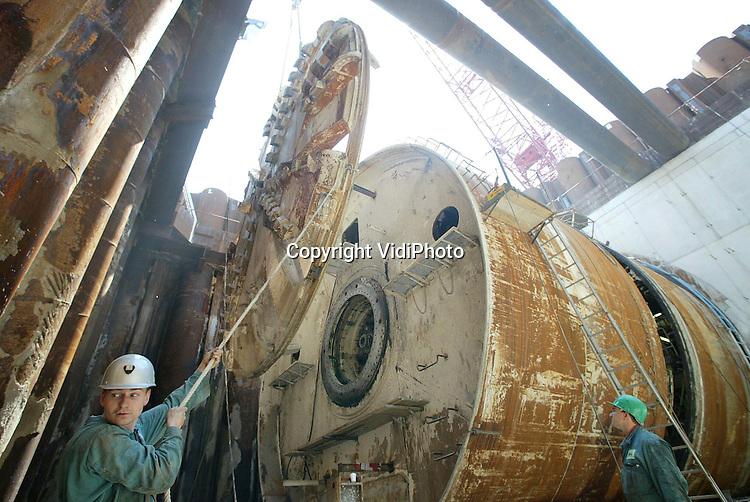 Foto: VidiPhoto..GROESSEN - Het 150 ton zware graafwiel van boormachine Maxima wordt maandag uit de boorput bij Groessen gehesen. Het enorme gevaarte wordt de komen weken verplaatst naar de overzijde van het Pannerdensch Kanaal om de tweede tunnel voor de Betuwelijn te gaan graven. De eerste tunnel van 1600 meter is gereed. In september begint het boren van de tweede buis.