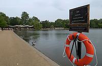 LONDON-UK- 24-05-2008. Salvavidas colgado a la orilla del lago llamado Serpentine en el Hyde Park, Londres. Lifeguard hanging on the edge of  Serpentine Lake at Hyde Park, London. Photo: VizzorImage