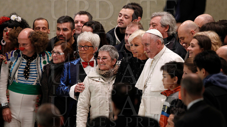 Papa Francesco posa per alcune foto con gli artisti del circo Togni al termine del'udienza generale del mercoledi' in aula Paolo VI, Citta' del Vaticano,7 gennaio 2015.<br /> Pope Francis poses with some artists of the Orfei circus at the end of his weekly general audience in the Paul VI hall at the Vatican, 7 January 2015.<br /> UPDATE IMAGES PRESS/Isabella Bonotto<br /> <br /> STRICTLY ONLY FOR EDITORIAL USE