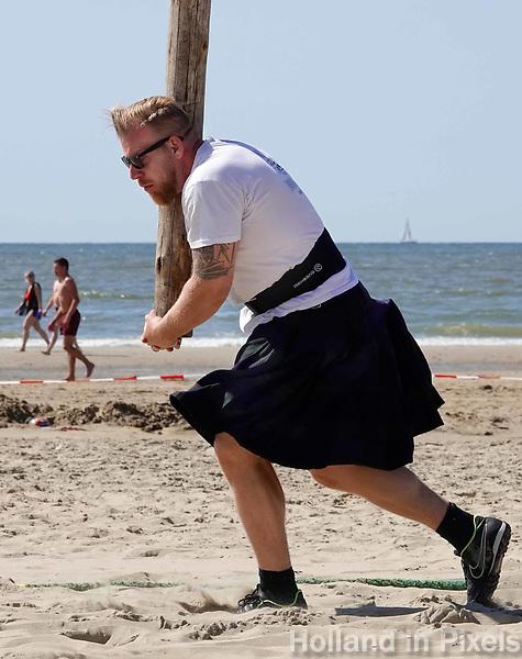 Nederland  Zandvoort - 8 juli 2018.    Het British Festival. NK Highland Games op het strand. Toss the caber.   Foto mag niet in negatieve context gepubliceerd worden.     Foto Berlinda van Dam /  Hollandse Hoogte