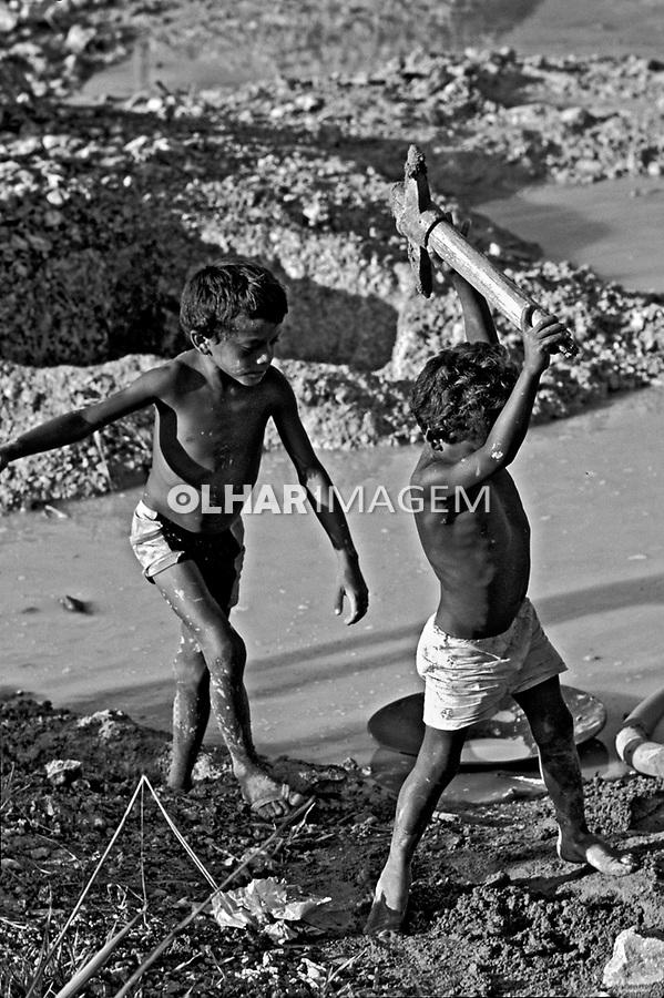 Crianças trabalhando em garimpo. Pará. 1991. Foto de Ricardo azoury.