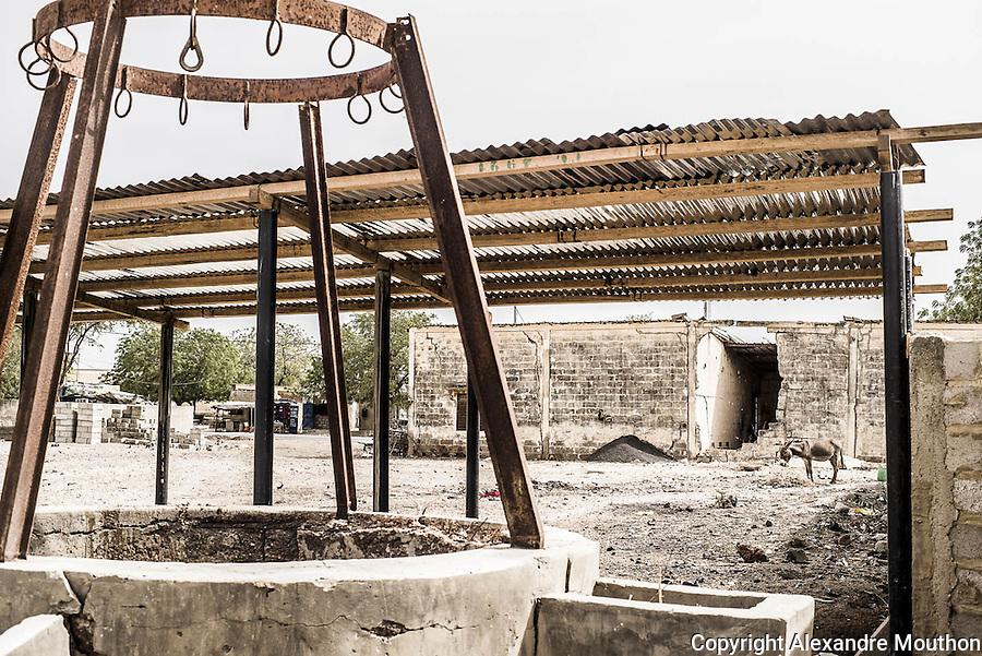 Les puits manuels jalonnent les rues du village. Beaucoup sont à sec, comme celui-ci.