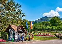 Deutschland, Baden-Wuerttemberg, Nordschwarzwald, Sasbachwalden im Ortenaukreis: Weinort an der Badischen Weinstrasse gelegen, Bushaltestelle am Ortseingang | Germany, Baden-Wurttemberg, Northern Black Forest, Sasbachwalden: wine village at Baden Wine Route, bus stop at village entry
