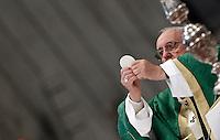 Papa Francesco celebra la messa per l'apertura del Sinodo dei vescovi, nella Basilica di San Pietro, Citta' del Vaticano, 4 ottobre 2015.<br /> Pope Francis celebrates a mass for the opening of the Synod of bishops in St. Peter's Basilica at the Vatican, 4 October 2015. <br /> UPDATE IMAGES PRESS/Isabella Bonotto<br /> <br /> STRICTLY ONLY FOR EDITORIAL USE