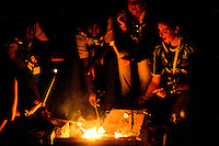 Scouts from Scotland and Kongo are gathering at the campfire to roast marsmallows. Photo: Fredrik Sahlström/Scouterna