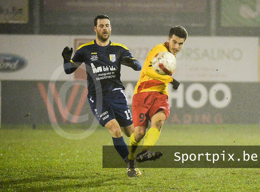 Eendracht Wervik - FC Lebbeke :<br /> Jan Dewinter (R) ontzet de bal voor de aanstormende Mattis Persoons (L)<br /> Foto VDB / Bart Vandenbroucke