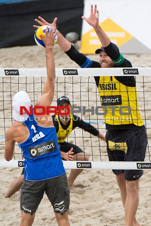 22.06.2014, Berlin, Washingtonplatz<br /> Beachvolleyball, Berlin smart Grand Slam, Halbfinale<br /> <br /> Angriff Nicholas Lycena (USA) - Block Alison Cerutti (BRA)<br /> <br />   Foto &copy; nordphoto / Kurth *** Local Caption ***