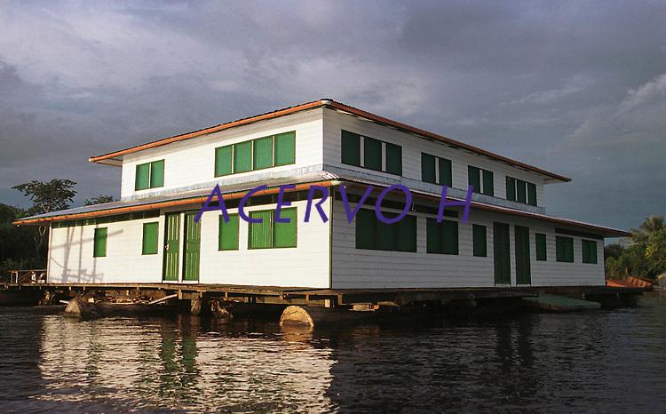 Escola Flutuante de Mamirauá.<br /> Construida pela RDS Mamirauá, a escola deve atender a comunidade.<br /> Tefé, Amazonas Brasil.<br /> Foto Paulo Santos<br /> 2002