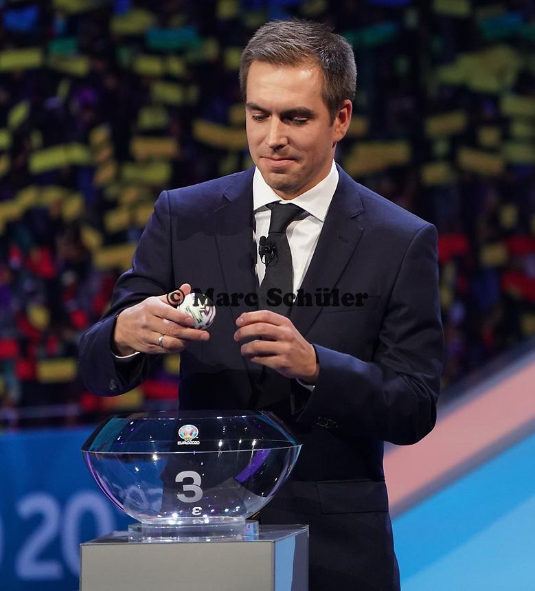 Philipp Lahm greift in den Lostopf 3 und zieht Portugal in die Gruppe F mit Deutschland und Frankreich - 30.11.2019: UEFA EURO2020 Auslosung, Romexpo Bukarest, DISCLAIMER: UEFA regulations prohibit any use of photographs as image sequences and/or quasi-video.