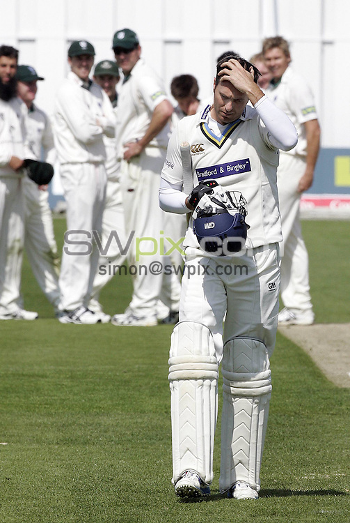 PICTURE BY VAUGHN RIDLEY/SWPIX.COM - Cricket - LV County Championship - Yorkshire v Worcestershire, Day Two - Headingley, Leeds, England - 29/04/09...Copyright - Simon Wilkinson - 07811267706...The Worcestershire squad watch as Yorkshire's Michael Vaughan walks off after going out for 5 off 12 balls.