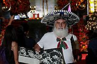 """Ciudad de México 06/Septiembre/2016.<br /> La noche de este martes El Divo de Juárez """"Juan Gabriel"""", abandono el Palacio de Bellas Artes, en manos de su hijo Iván Gabriel Aguilera Salas y acompañado de representantes de la secretaría de cultura y del INBA, para ser trasladadas a Ciudad Juárez, Chihuahua.<br /> La tarde del lunes, arribo al hangar presidencial de la ciudad de méxico, las cenizas del divo de juárez, para ser trasladado bajo un amplio dispositivo de seguridad al palacio de bellas artes, y brindarle un merecido homenaje, en donde cientos de admiradores y seguidores se dieron cita, desde temprana hora en las inmediaciones del recinto esperando el arribo de Juanga. Tras el arribo de Juan Gabriel, sus fans y seguidores cantaron y corearon sus más famosas canciones por horas, no importando la lluvia ni el frío. <br /> Alberto Aguilera Valadez, mejor conocido como Juan Gabriel, fue homenajeado durante 36 horas por diferentes artistas, tanto dentro y fuera del recinto de mármol, en donde miles de personas visitaron al divo día y noche, para despedirse del cantautor mexicano y decirle adiós."""